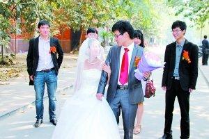 郑大研究生校园宿舍里出嫁 高校称合法律不限制