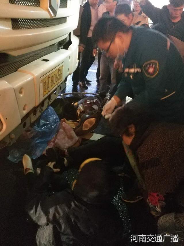 郑州一渣土车与电动车碰撞 2人卷入车底众人救援