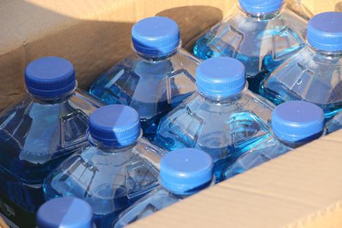 劣质的玻璃水不仅会损伤雨刮 还有更大危害
