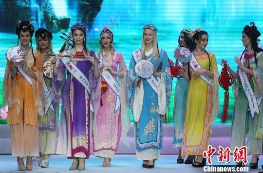 佳丽们身着中国戏装登场。 泱波 摄