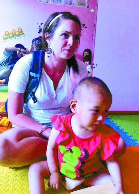 美国姑娘福利院做志愿者 收养郑州白化病弃婴
