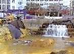 """水管爆裂偌年夜工地成""""湖"""" 四周住户水电受影响"""