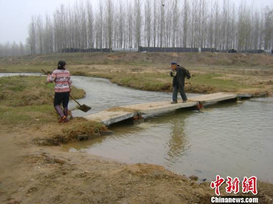 一家两代人义务架桥270座近万村民过河不再�水