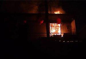 焦作一两层民房突然失火 大火烧穿屋顶