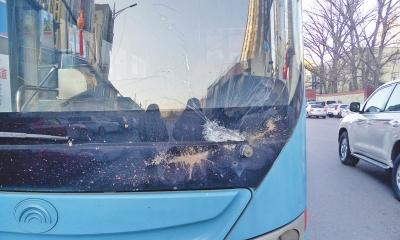 郑州地下高压电缆线短路顶飞井盖 砸伤公交车