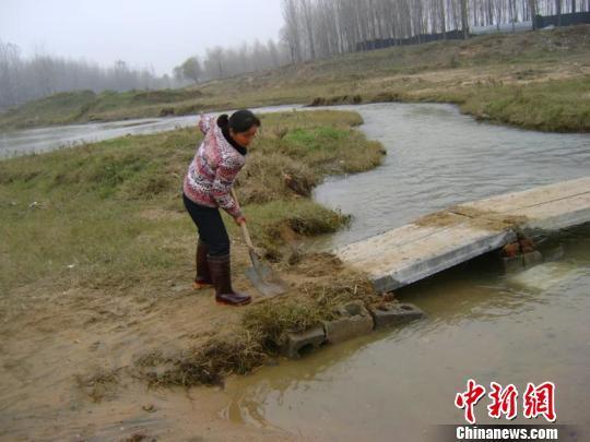 一家两代人义务架桥270座 近万村民过河不再�水