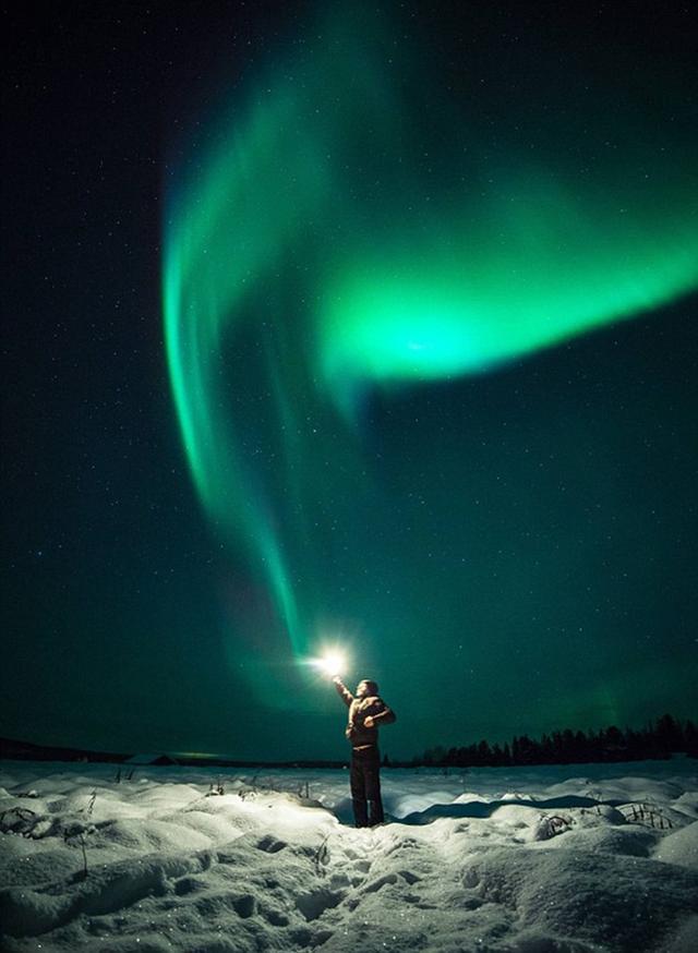 """芬兰摄影师抓拍男子""""抓住""""极光神奇瞬间"""