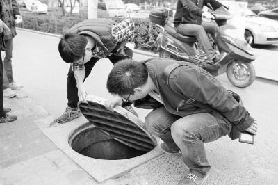 郑州窨井盖张口咬人 相干部分均称与本身无关