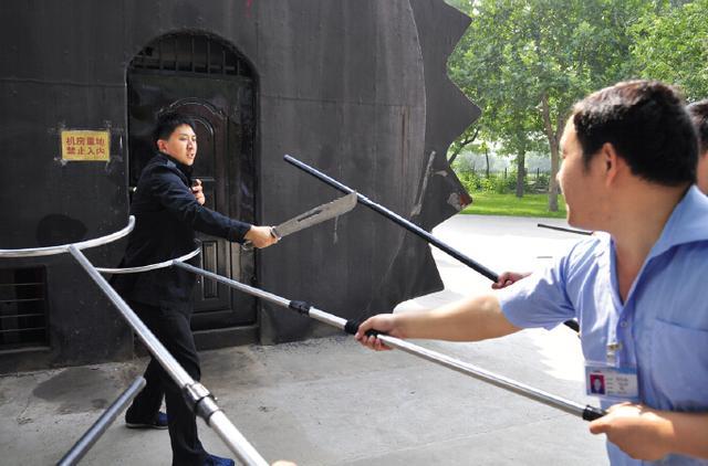 郑州特警在景区真刀真枪反恐演习 游客惊出冷汗