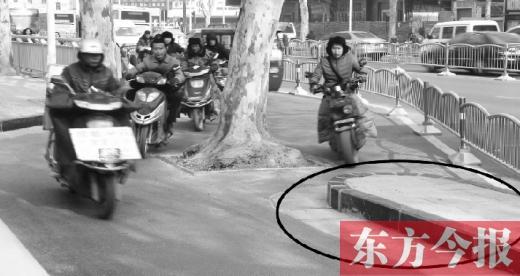 郑州文化路刚修通就呈现塌陷 细节遭吐槽
