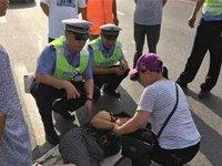 濮阳发生一起交通事故 民警用身体为伤者遮阳