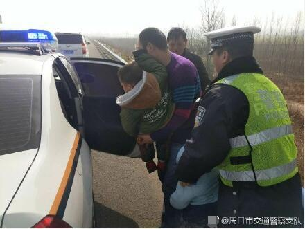 项城一男人驾车回田园出故障 车上孩子被吓坏