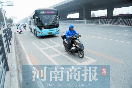 郑州车长吐槽BRT专用道被占 快速公交快不起来
