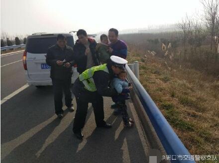 项城一男子驾车回家乡出故障 车上孩子被吓坏