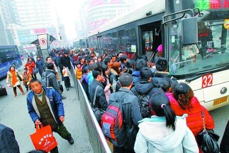 大豫城事 便利贴 正文  也许对火车站公交站台的拥挤,郑州人已见怪不
