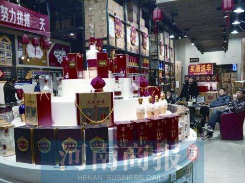 河南春节前酒水市场火爆 有人一次买10多箱