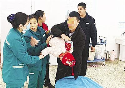 南阳一岁多孩子被糖块卡住喉咙 危急时刻民警开道护送