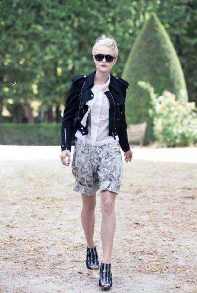 短裤+帆布鞋的搭配更适合腿部纤细的女生