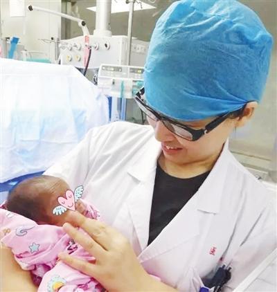 郑州一对双胞胎早产 哥哥比弟弟早生12天