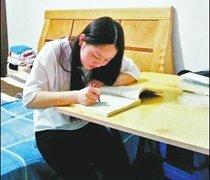 河南女孩暑假兼职8份家教 用努力改变生活