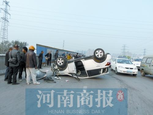 男人驾车撞水泥墩侧翻受伤 石子飞出砸伤一奔跑