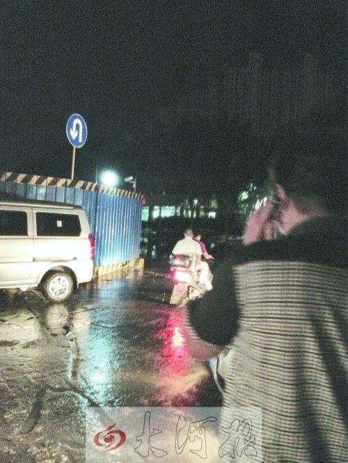 郑州雨后积水带电击晕多人 男子被电晕后遭碾压