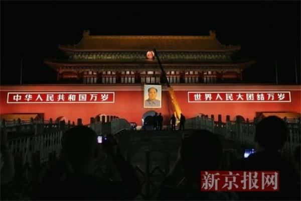 天安门城楼半夜更换毛主席画像 重1.5吨
