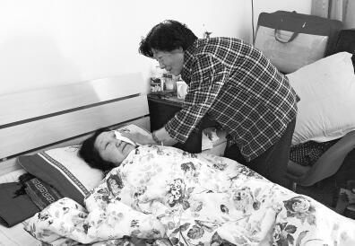 郑州病重卧床 74岁店主筹备卖屋子为其治病