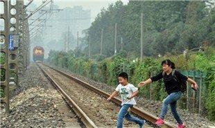 玩命回家路 数百小学生穿铁路上下学