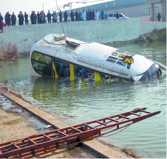 商丘至郑州客车与电动车相撞落水 11人不幸丧生