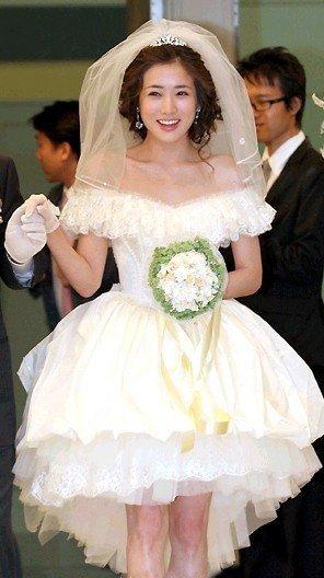 新娘选婚纱_新娘选婚纱避免身材缺陷