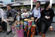 """内地水客赶在香港""""限购令""""前抢奶粉"""