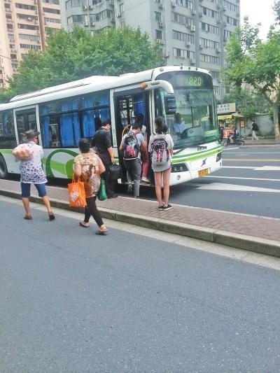 老人坐21站买便宜1块大葱 公交老年卡欲变发津贴