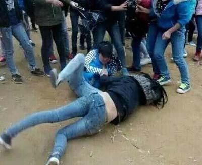 女生打架视频_女生打架_高中女生打架撕衣服视频