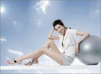 美女大腿吸引男人的原因很简单:他看到她的腿部越长
