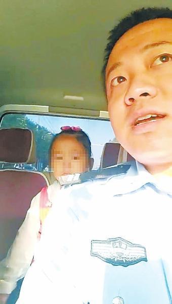 小姑娘上学坐过站急得直哭 交警开警车送其上学