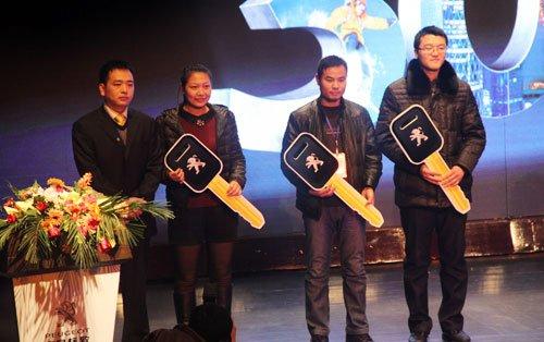 致华中大区总监刘凯先生与郑州3008车主颁发钥匙,合影留念-活,图片