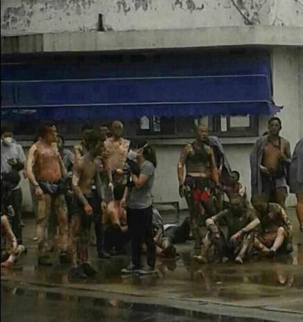 昆山爆炸已致69人遇难 河南工友用板车救20多人