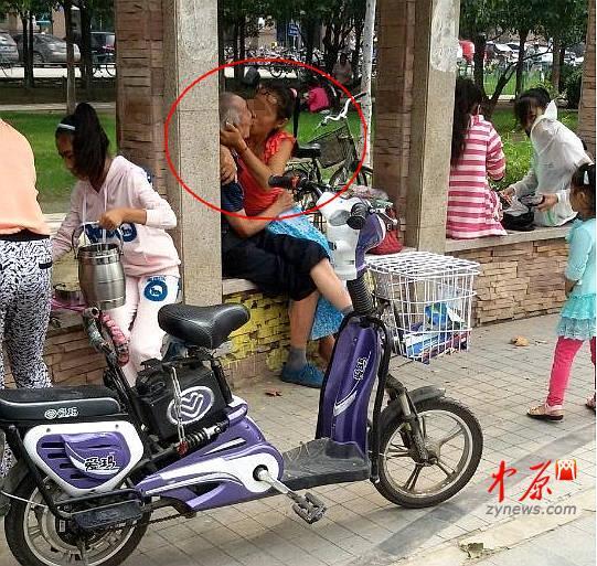 老翁与中年女子郑州街头激吻 网友:是夫妻吗?