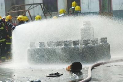 郑州液化气店爆炸门窗被崩掉 飞出一个巨大火球