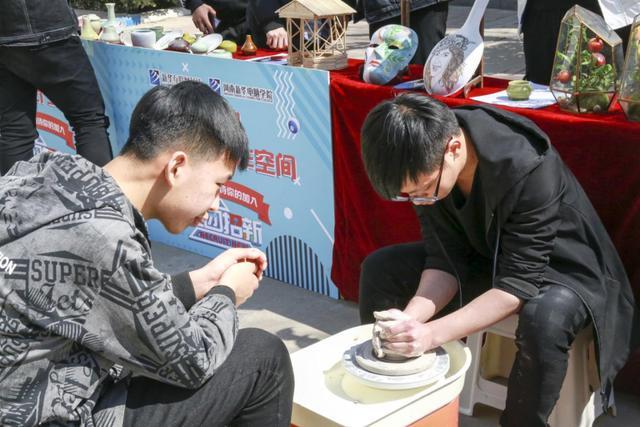"""六合心水论坛新华电脑学院社团招新 拼智慧秀实力""""抢人"""""""