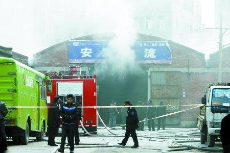 石化路物流市场一仓库着火 所幸无人员伤亡