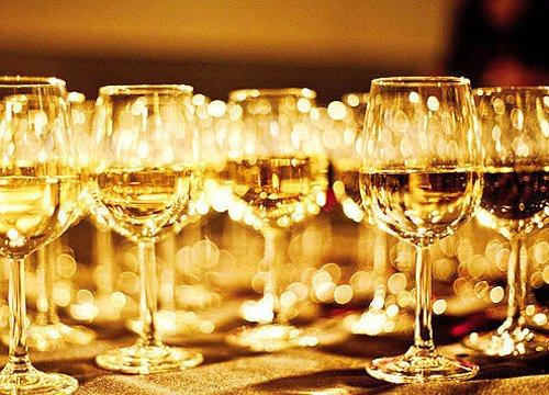 """有经验的人都知道,饮葡萄酒时,""""白酒宜冷冻,红酒宜室温"""" 以白葡萄酒"""