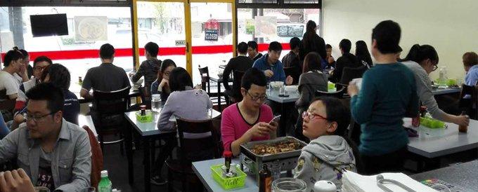 谢富江餐馆的食客多是华人,在异国他乡,家乡的味道给予海外游子们最妥帖的慰藉。
