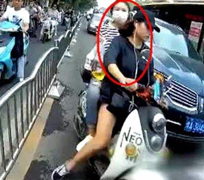 郑州女子骑车违法后竟咬交警
