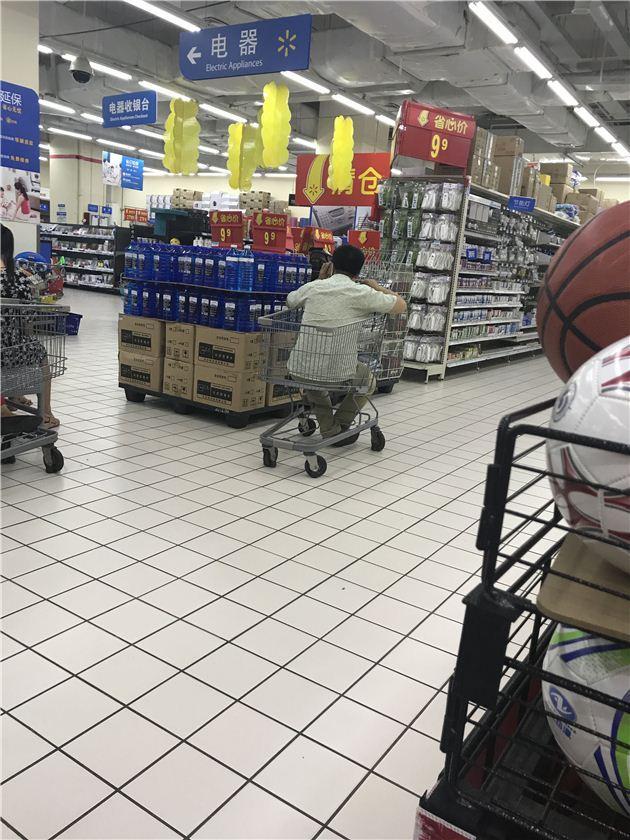 鹤壁一男子超市内把购物车当玩具 引顾客注目