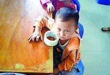 """女教师空间里将幼童嘴用宽胶带封住的照片,其中一张图片说明为""""活该"""""""