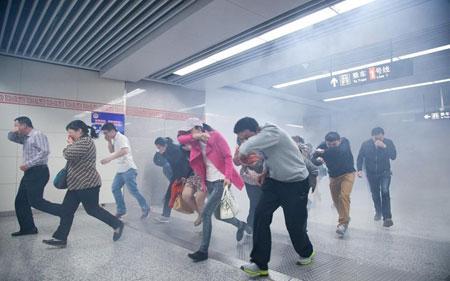 """河南今后可用微信报火警 地铁数百人""""逃生"""""""