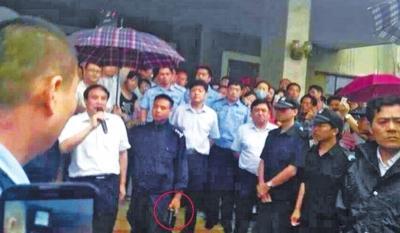 """网传""""新乡警察持枪打伞""""不实 副县长已道歉"""