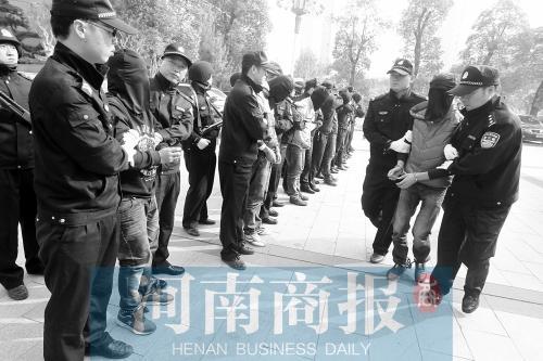 郑州偷盗案赃物展如珠宝古玩展 含金砖书画玉器